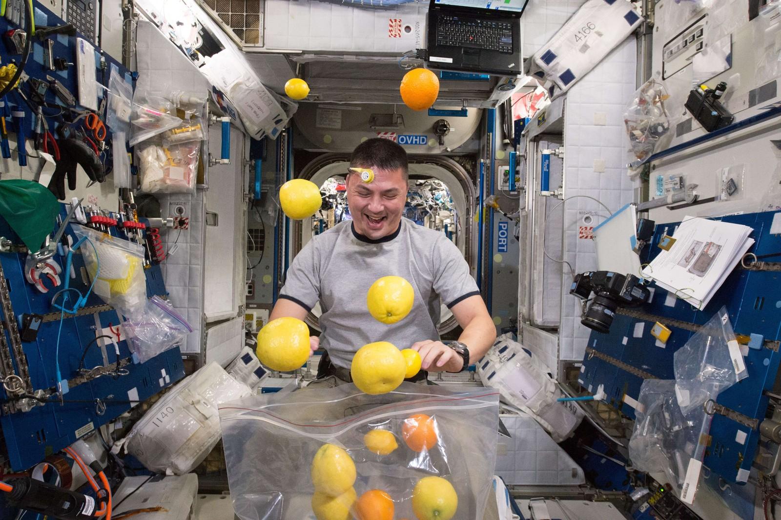 Så glad ble astronaut Kjell Lindgren da fruktkassa ankom den internasjonale romstasjonen ISS. Hvorvidt Lindgren fikk samla sammen all den vektløse frukten og nytt sine fem om dagen, forteller Nasa ingenting om.