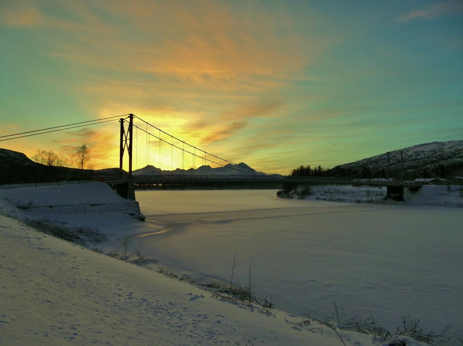 Fargerik himmel over gammelbrua i Målselv.