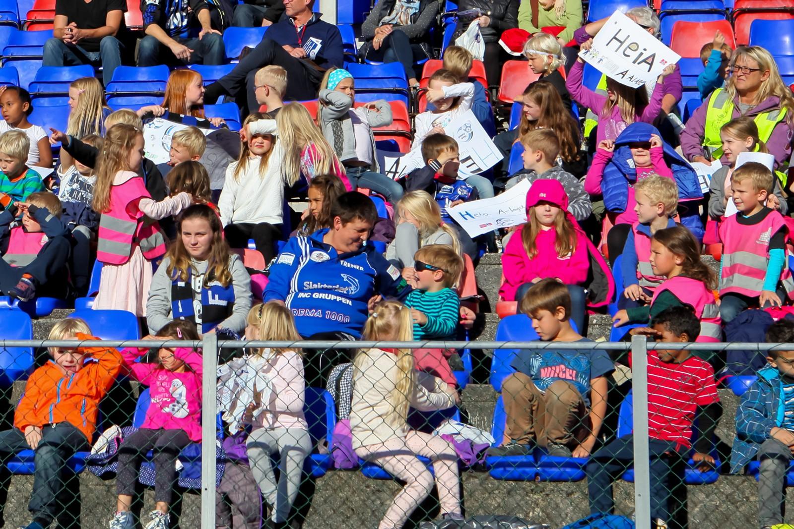 Både store og små hadde teke turen til Florø stadion for å heie fram kystbyen sine store heltar.