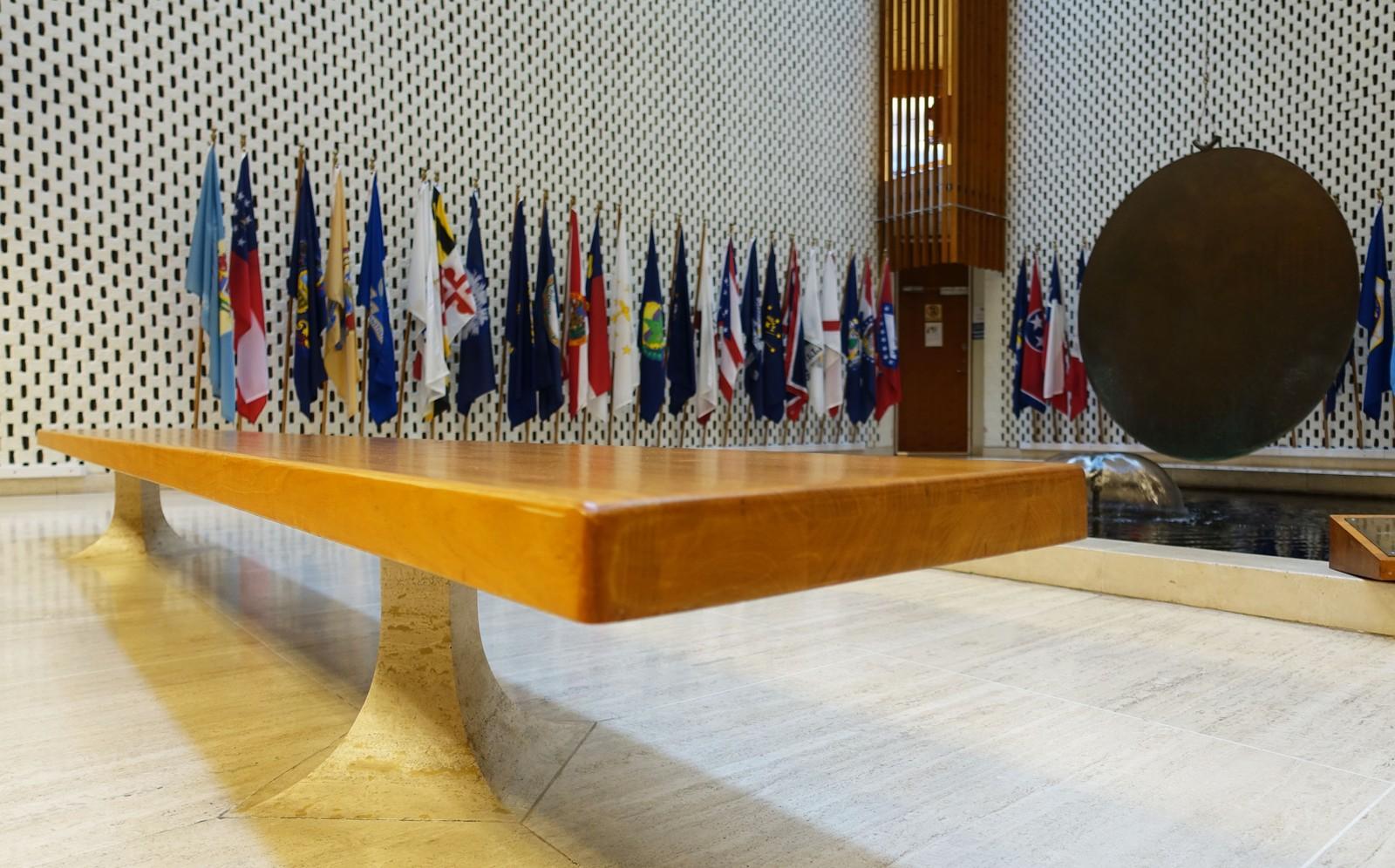 Alle møblene var spesialtegnet til bygget. - Detaljene er utsøkte, sier Morten Stige. Disse benkene reiser seg fra gulvet i det samme materialet som gulvet.