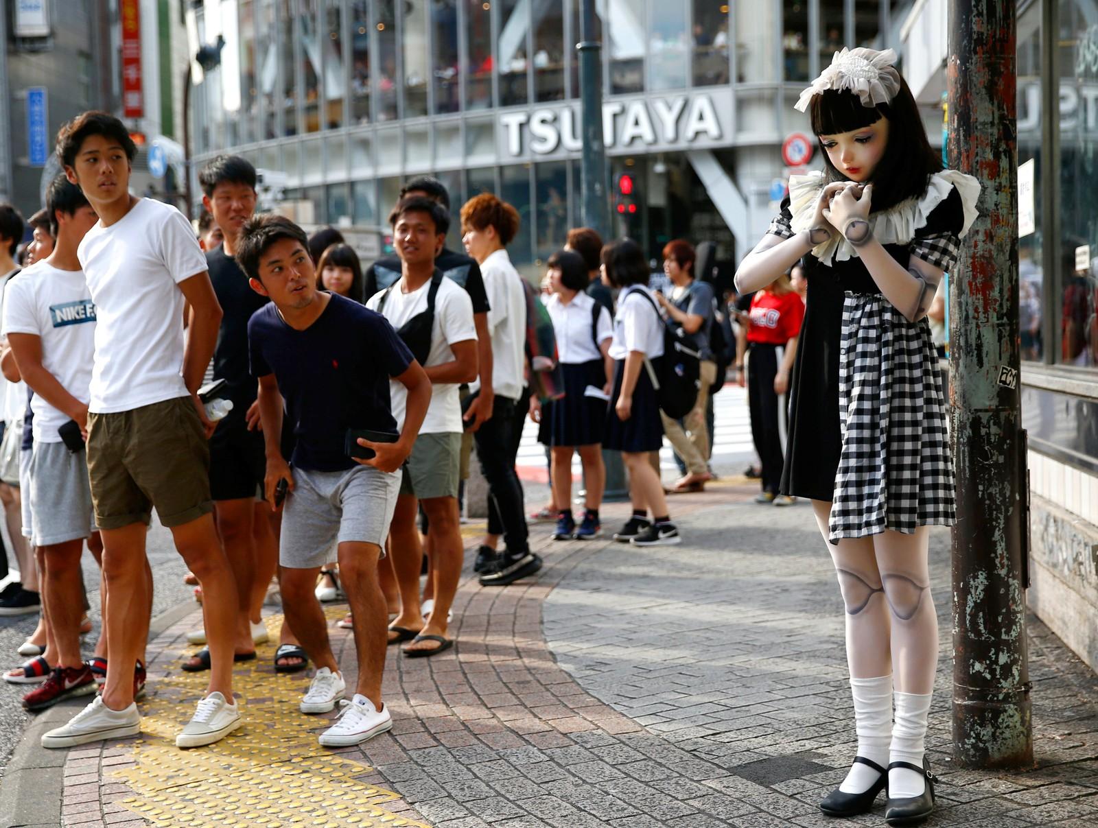 """Lulu Hashimoto er en kjent """"dukkemodell"""". i Japan. Her får hun oppmerksomhet i Tokyo."""