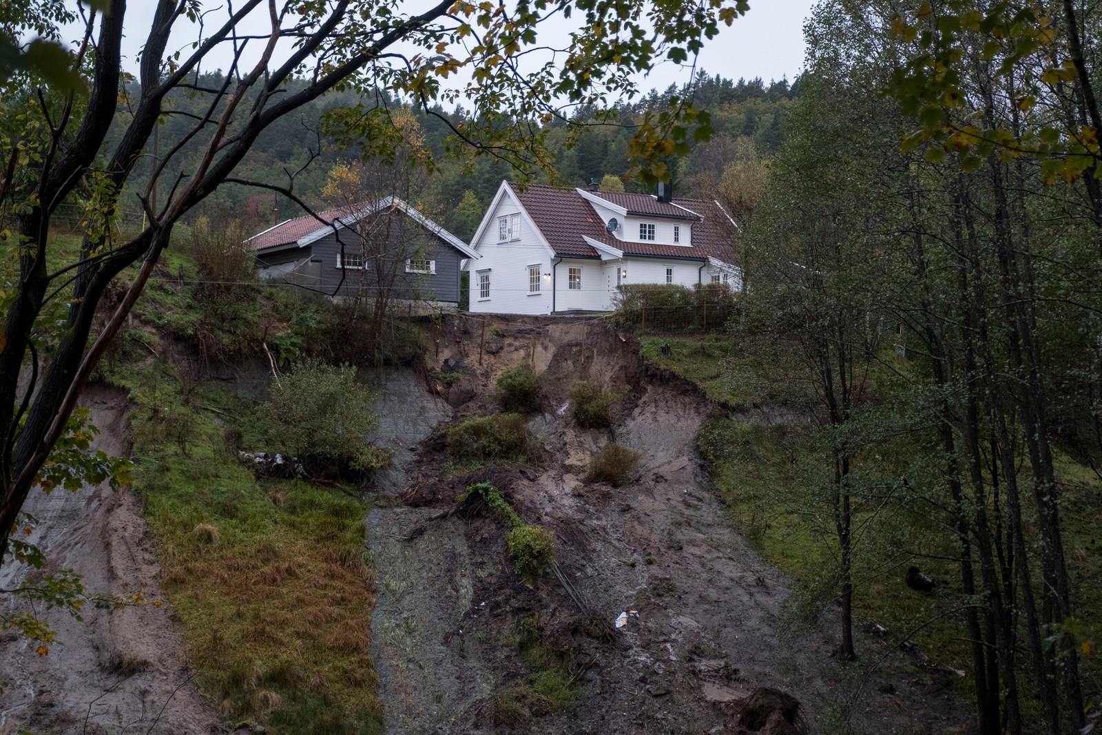 KRISTIANSAND:Regn og uvær på Sørlandet. Deler av et jordras nord for Kristiansand på Aukland.