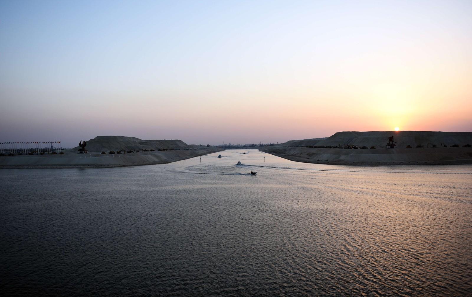 Fra og med denne uken kan skip seile gjennom Suezkanalen i begge retninger samtidig. 6.august åpnet den nye kanalen i Egypt.