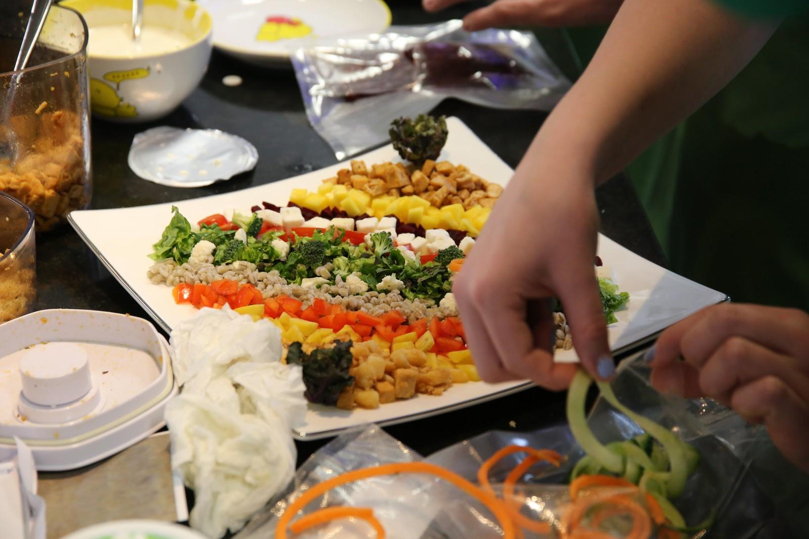 Vinnerlaget fra Raufoss ungdomskole danderer maten.