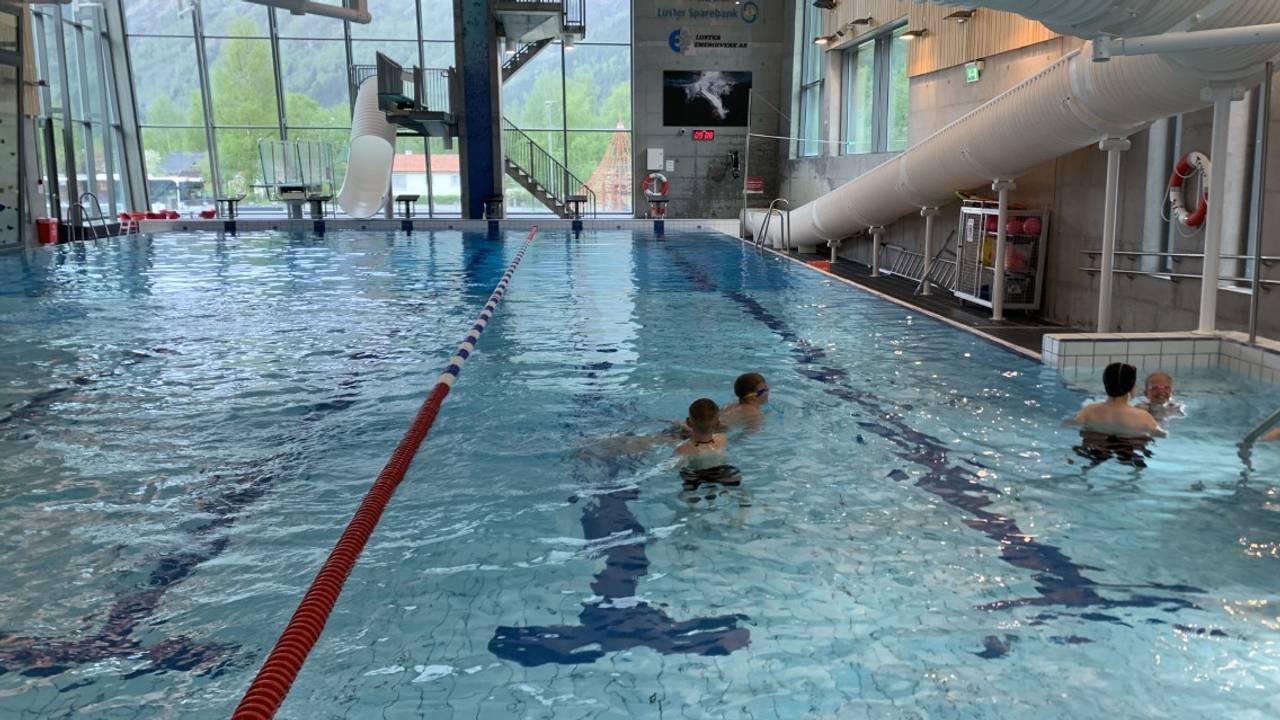 Hele Norge svømmer: Solvorn oppvekstsenter har svømmeopplæring i basseng