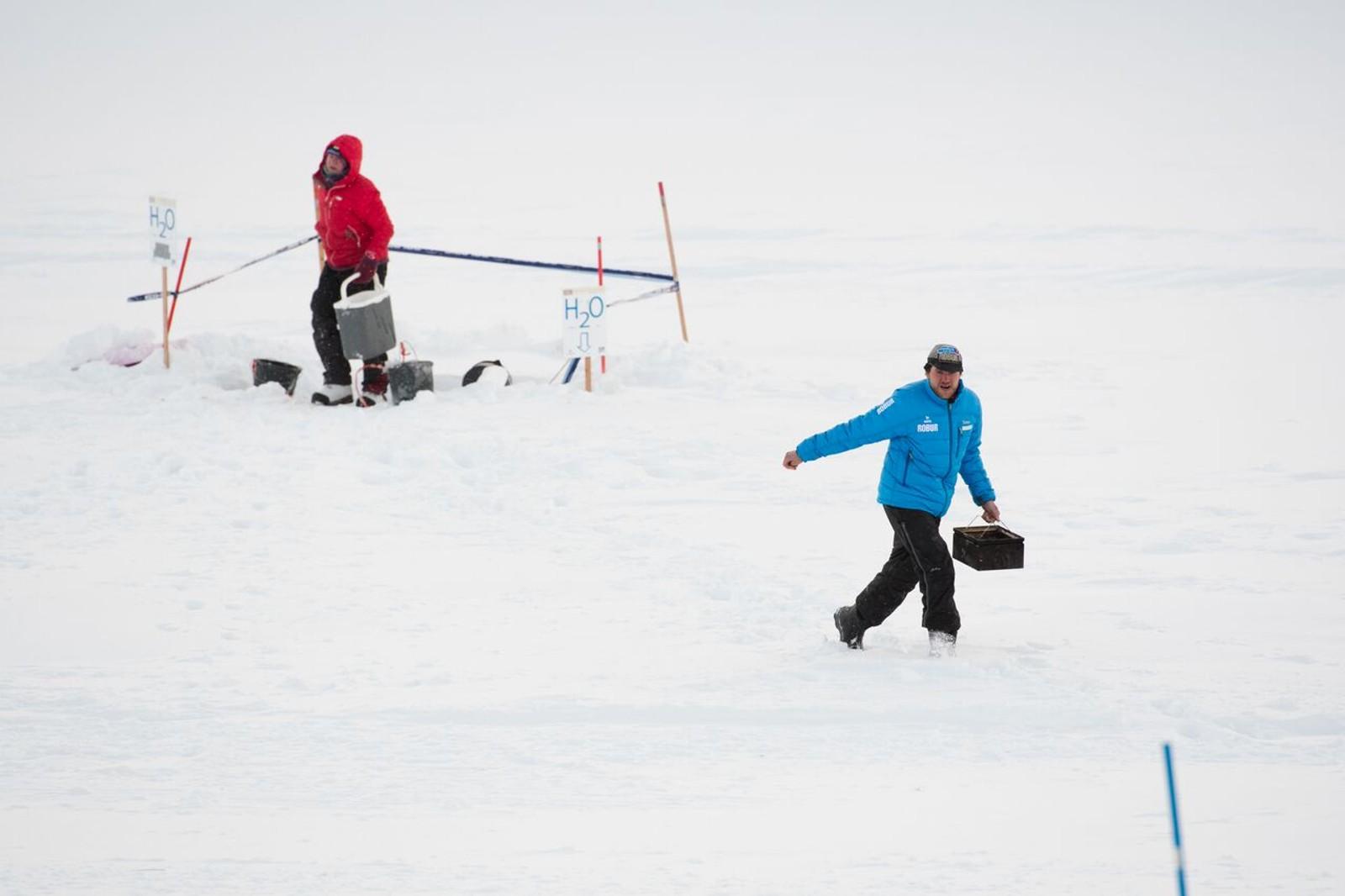 Petter Karlsson henter vann i Tanaelva på sjekkpunkt Levajok.