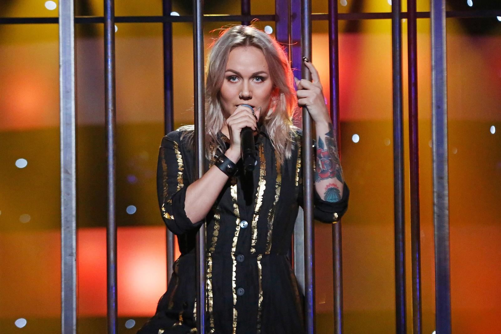 GULLSTRIPER: Tomine Harket fremførte countryklassikeren «Folsom Prison Blues» av Johnny Cash iført gullstripet fangedrakt fra et bur på scenen.