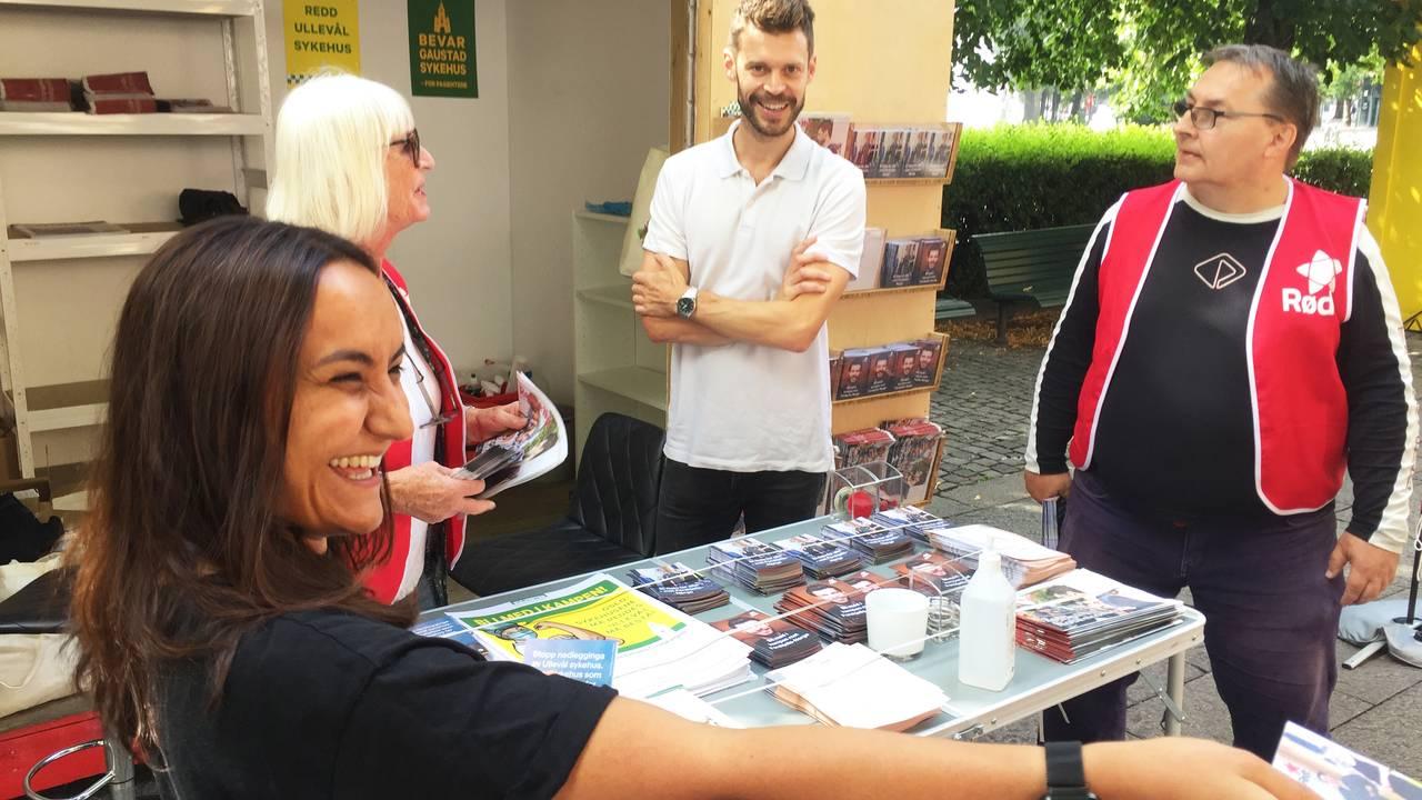 Rødt Seher Aydar ved valgboden sammen med blant annet Bjørnar Moxnes.