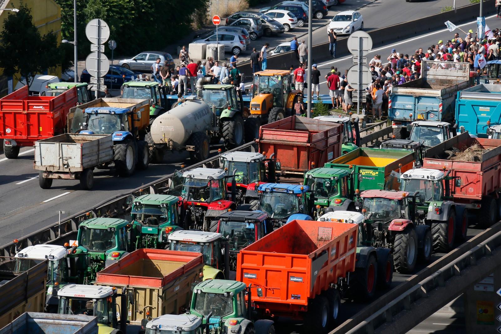 En konvoi av traktorer på vei inn til Lyon torsdag.