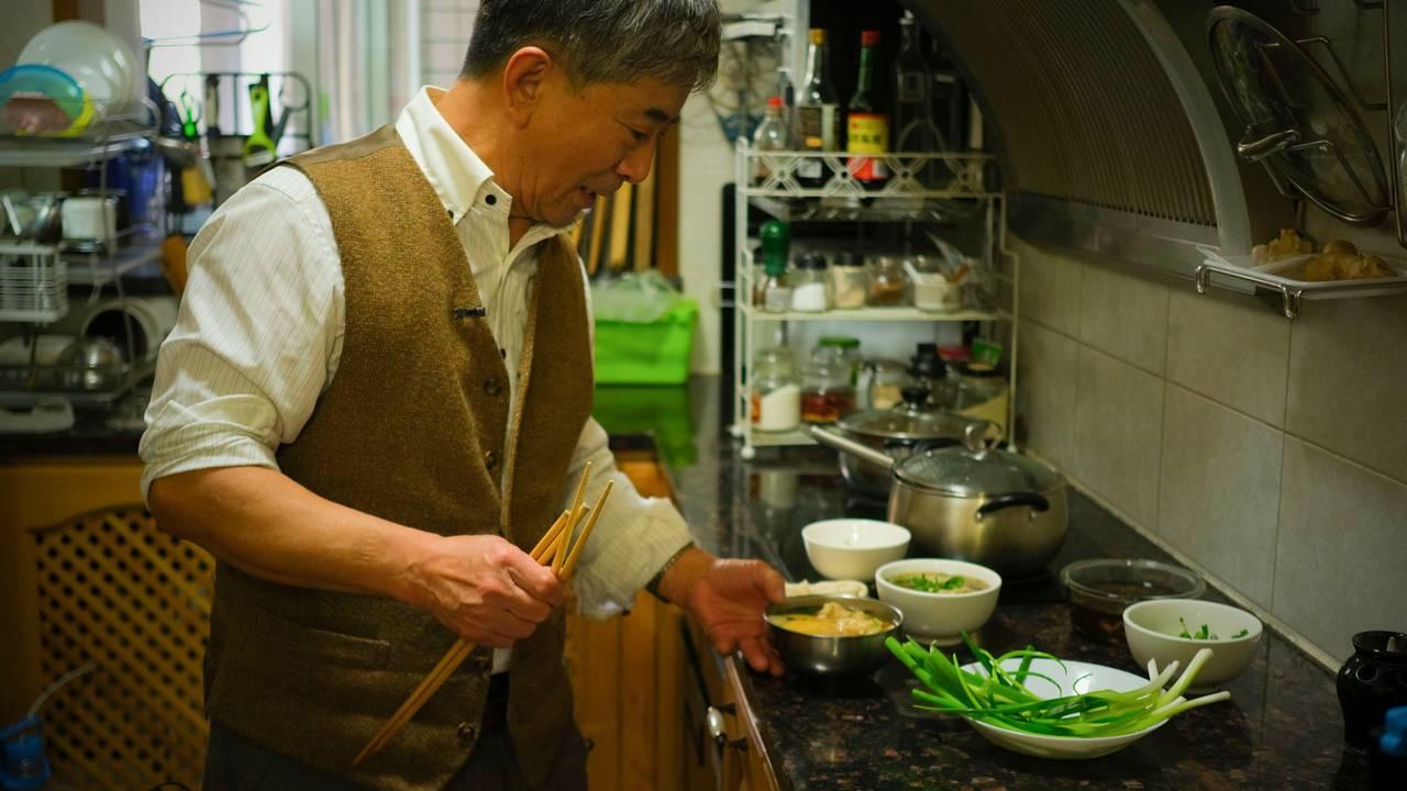 Farfar lager mat til barnebarnet i hverdagen