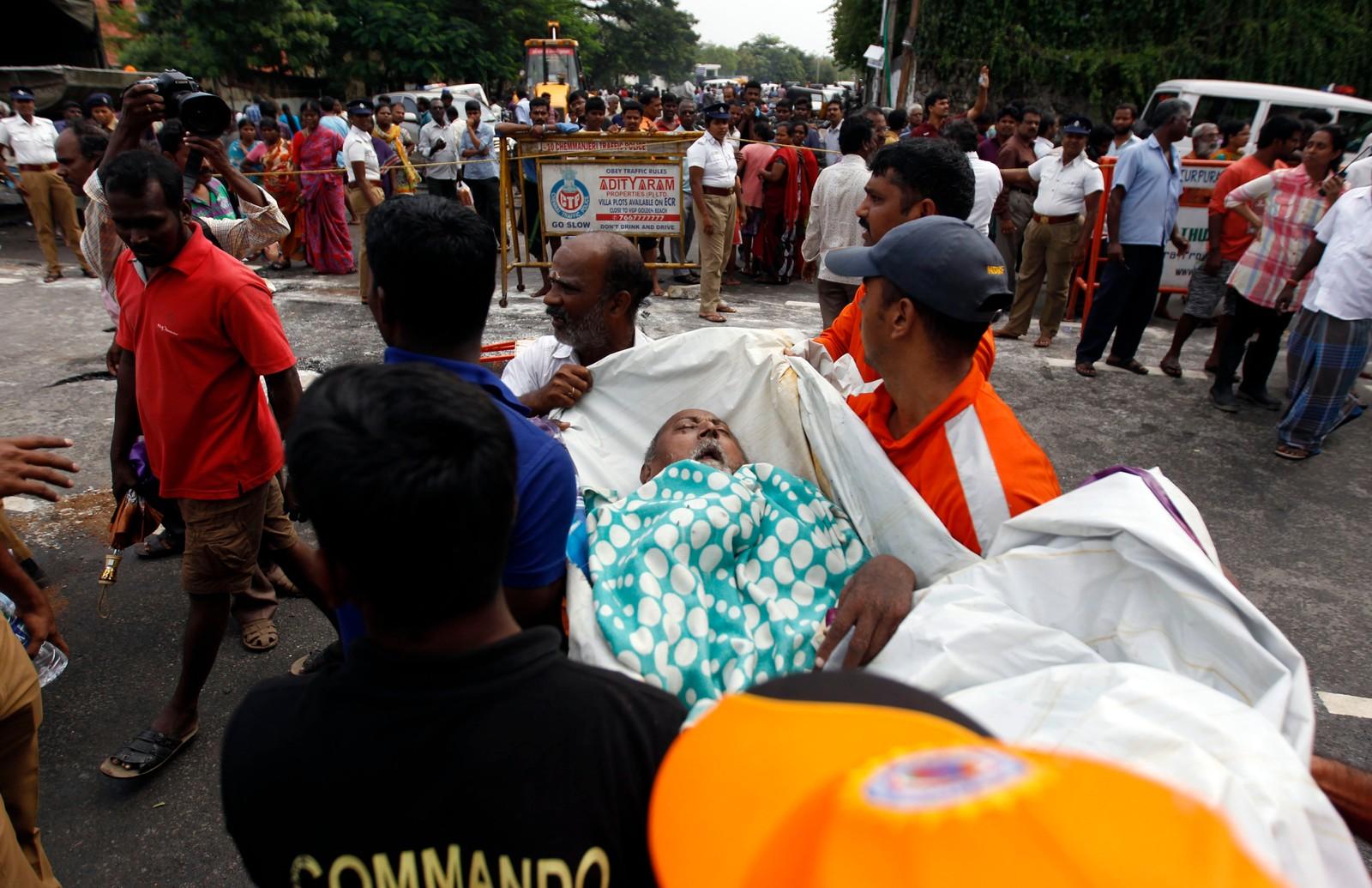 En gammel og syk mann blir evakuert fra sitt hjem i Chennai. Dette er det kraftigste regnfallet på hundre år i delstaten Tamil Nadu i India.
