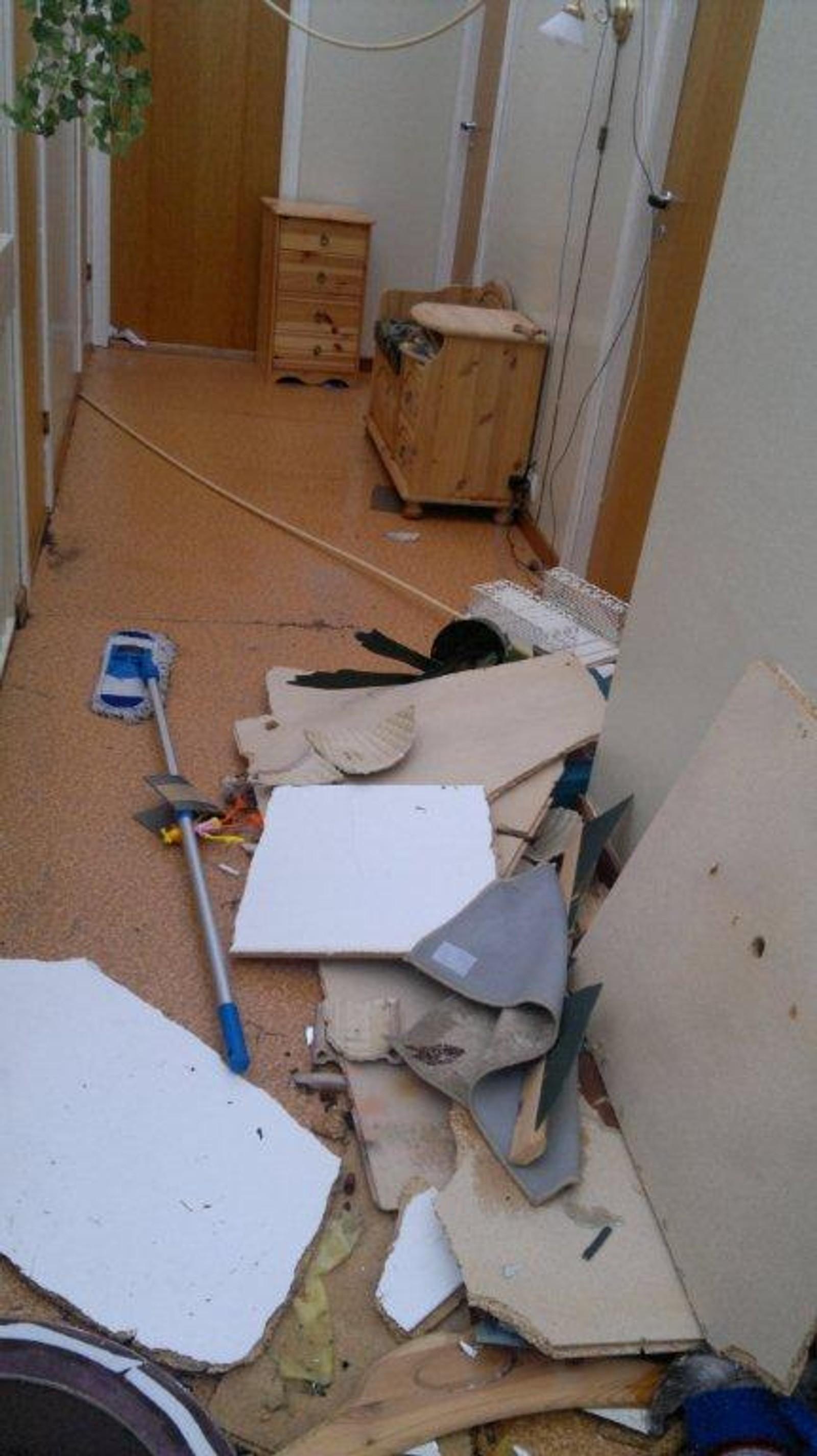 Slik såg det ut i gangen i overetasjen i huset til Berit Myren andre juledag 2011.