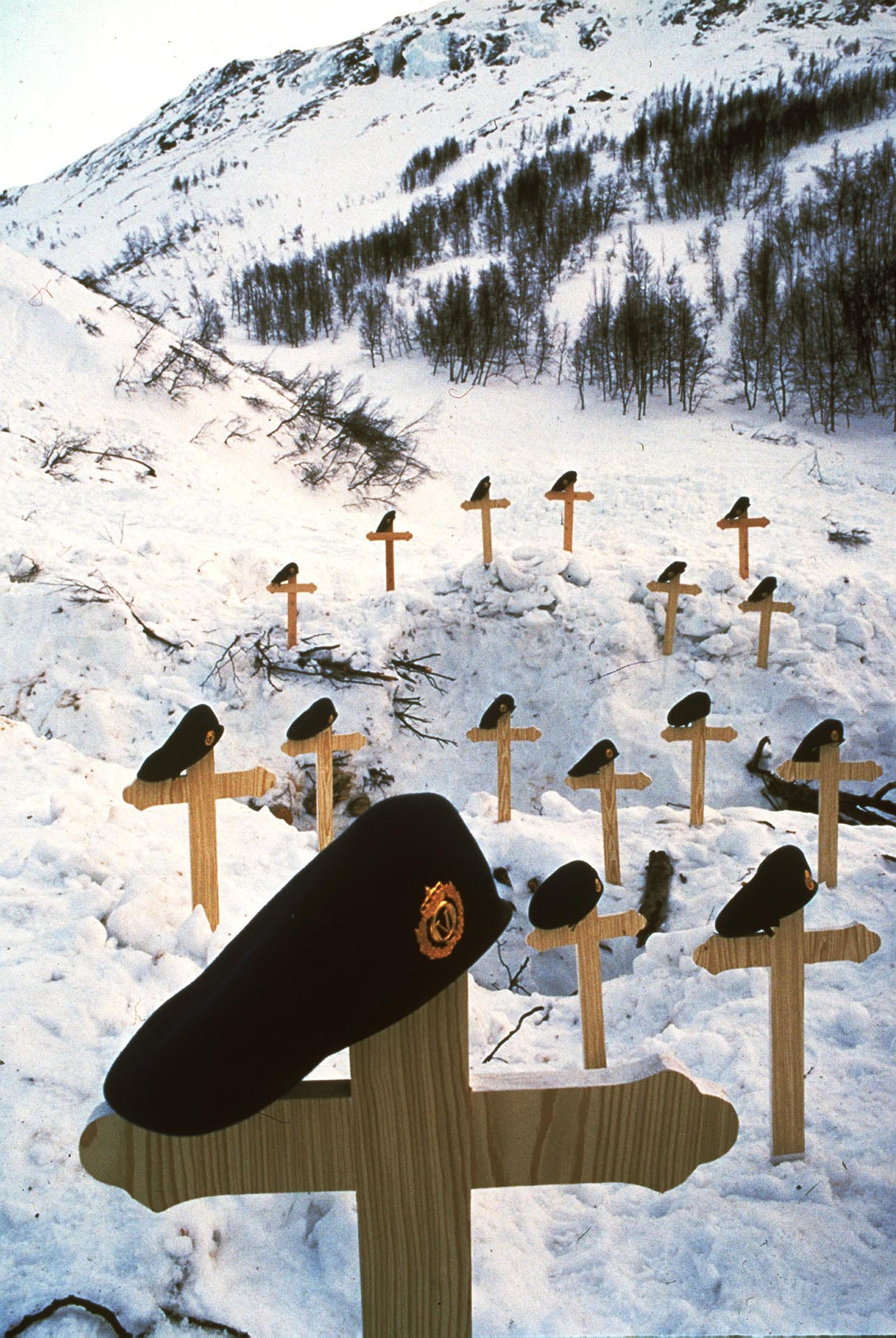 16 trekors, et for hver av de avdøde, ble plassert på rasstedet da redningsarbeidet var over.