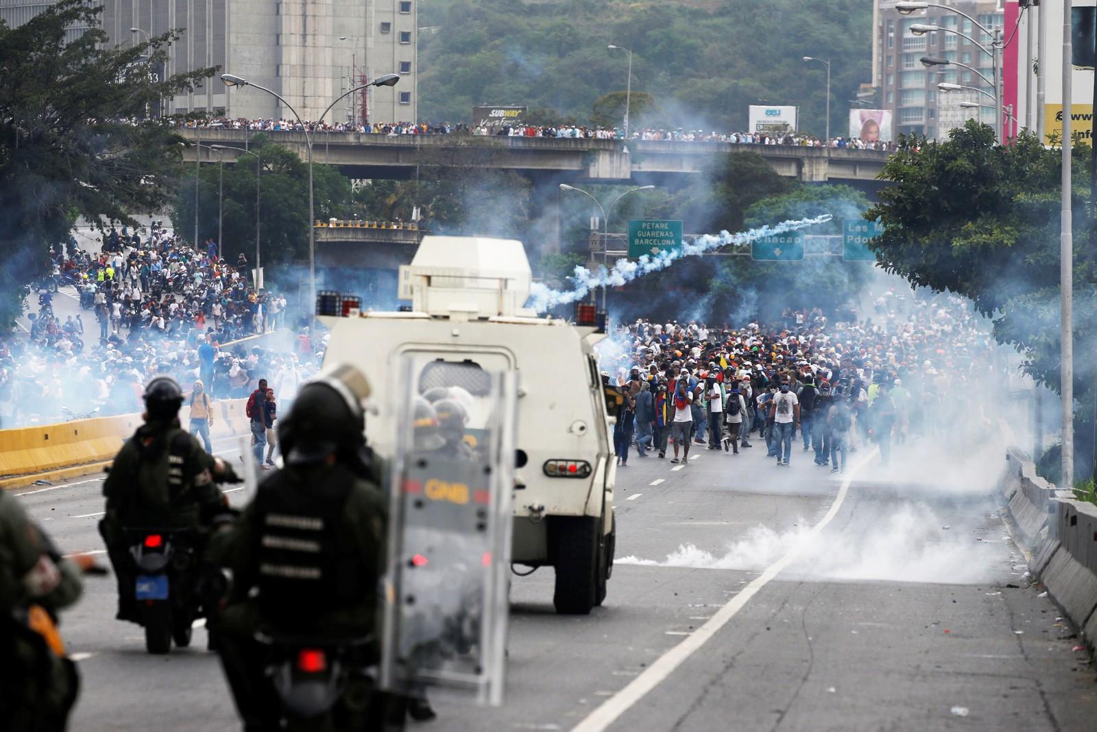 Politiet skyter med gummikuler og tåregass mot demonstrantene.