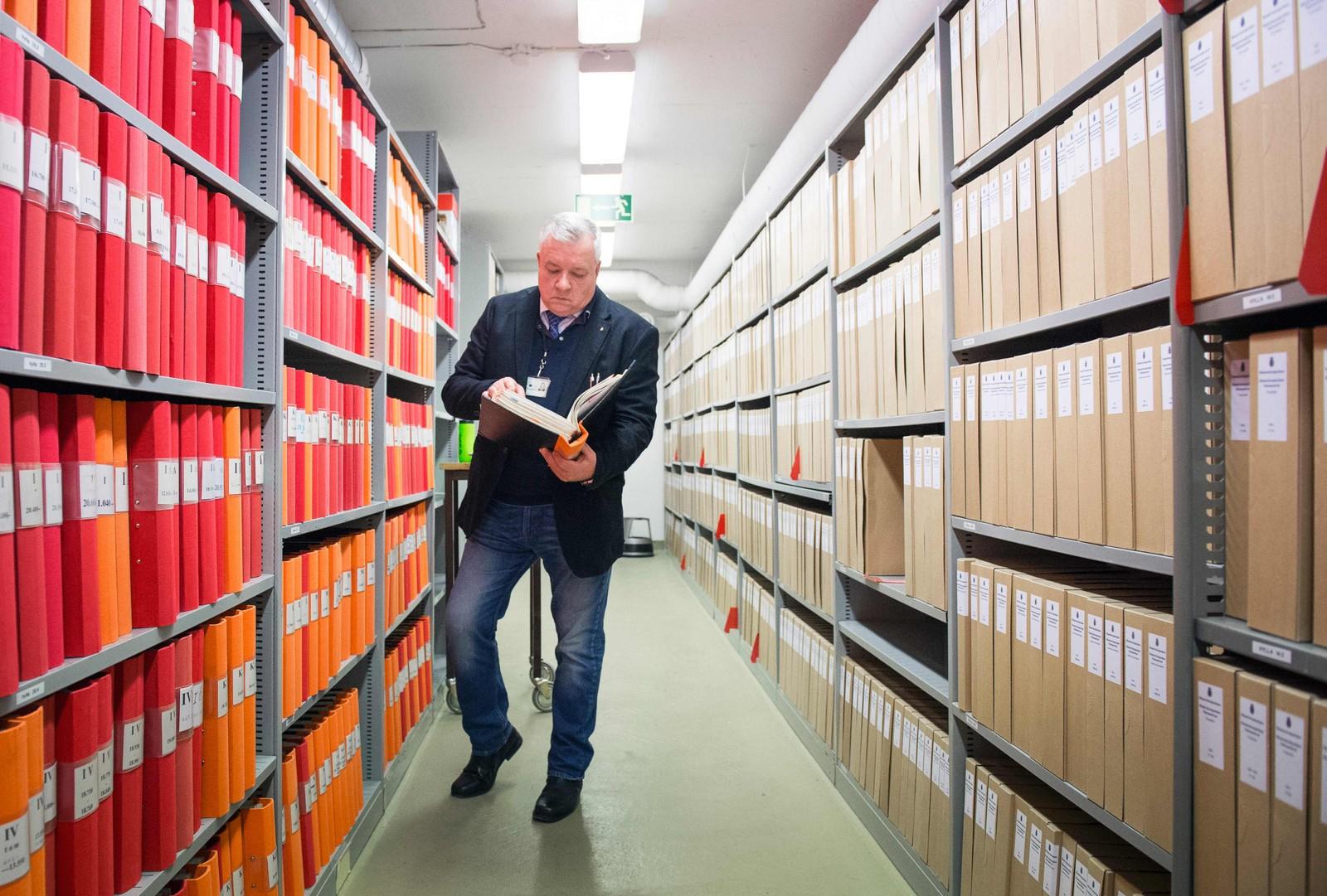 Sven Lennart Gustafsson i i det svenske politiet sjekker noen gamle dokumenter i Palme-arkivet.