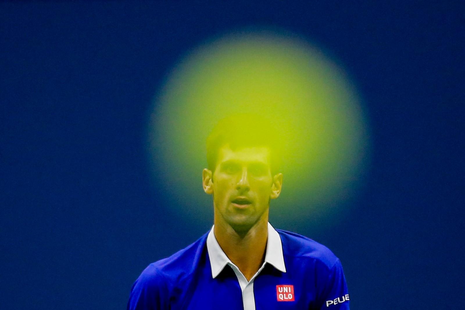 Den serbiske tennis-stjernen Novak Djokovic sett gjennom en tennisball.