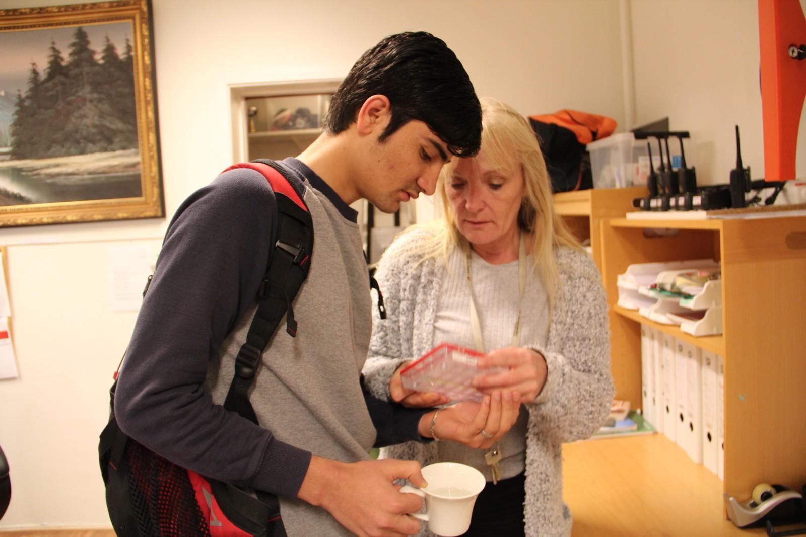 MEDISINERING: De unge går på mange og tunge medisiner når de går gjennom den vanskelige tiden på mottaket. Her gir Marit Holmbukt medisin til en av dem.