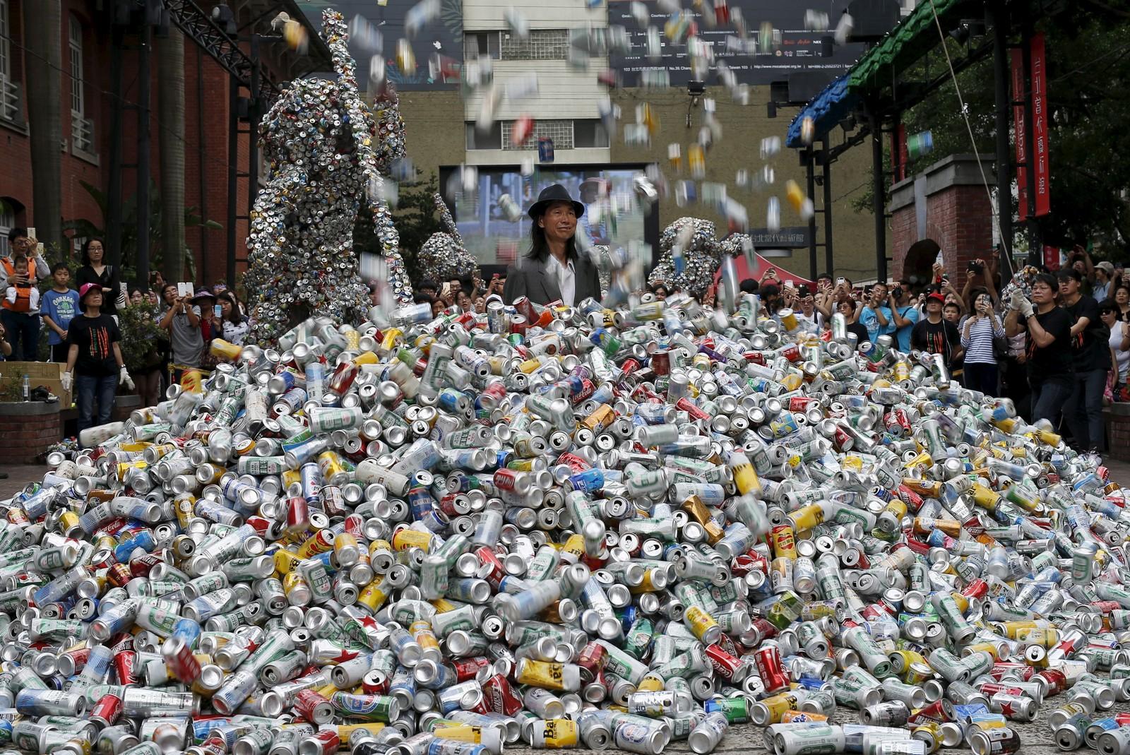 Kunstneren Chin Chih Yang framfører kunstverket «Kill Me or Change» i Taipei i Taiwan. Kunstverket består i at Yang blir begravd i 30,000 bokser.