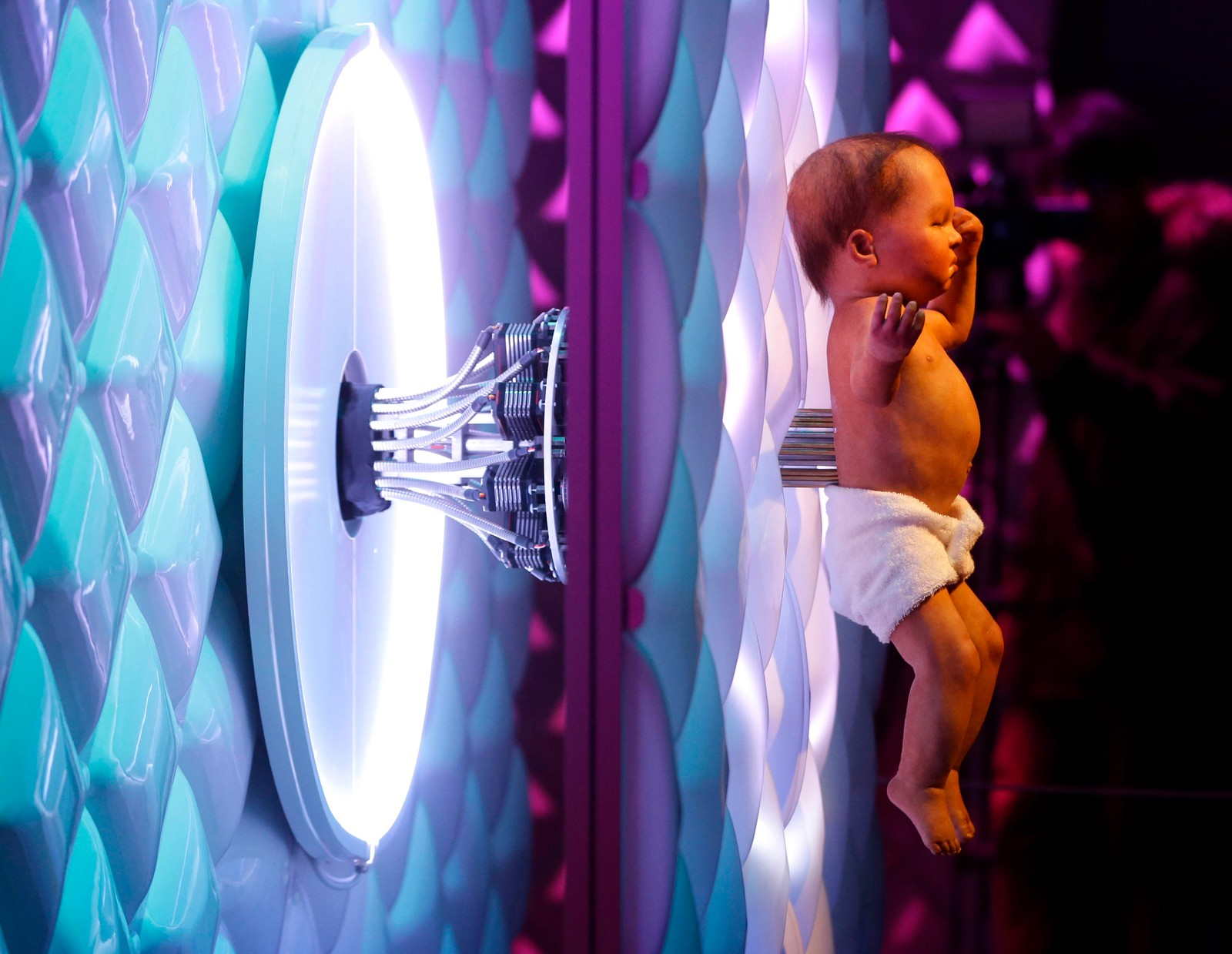 En animatronisk baby med en elektronisk navlestreng kan sees på robotutstillingen til The Science Museum i London. Her kan man se hvordan roboteknologien har utviklet seg de 500 siste årene.