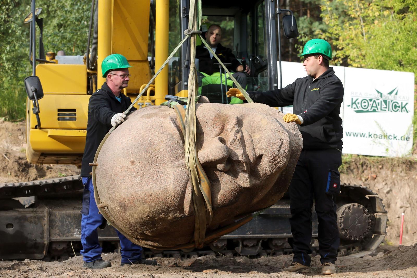 En gang sto han på sokkel i øst-Berlin, men i 25 år har denne Lenin-statuen ligget glemt i en skog i utkanten av byen. Her blir imidlertid det 3,5 tonn tunge hodet henta fram igjen for å stilles ut på museum sammen med andre nøkkelfigurer fra Tysklands turbulente historie.