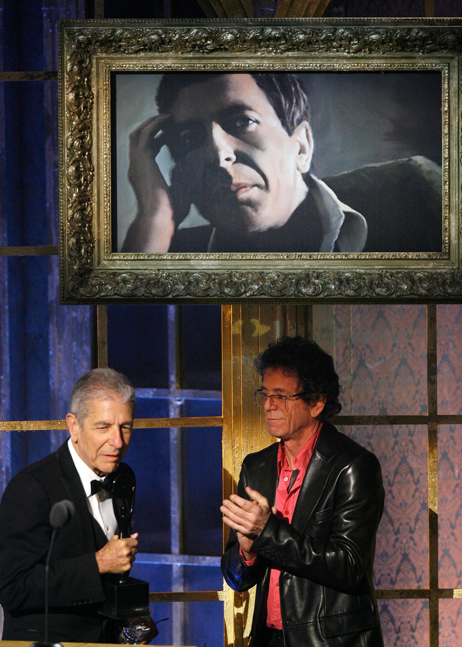 TALER: Cohen takker for at han blir innlemmet i Rock & Roll Hall of Fame med hjelp fra Lou Reed i The Velvet Underground. Reed døde i 2013.