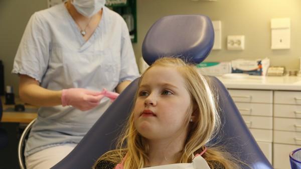 Nora gruar seg til tannlegen