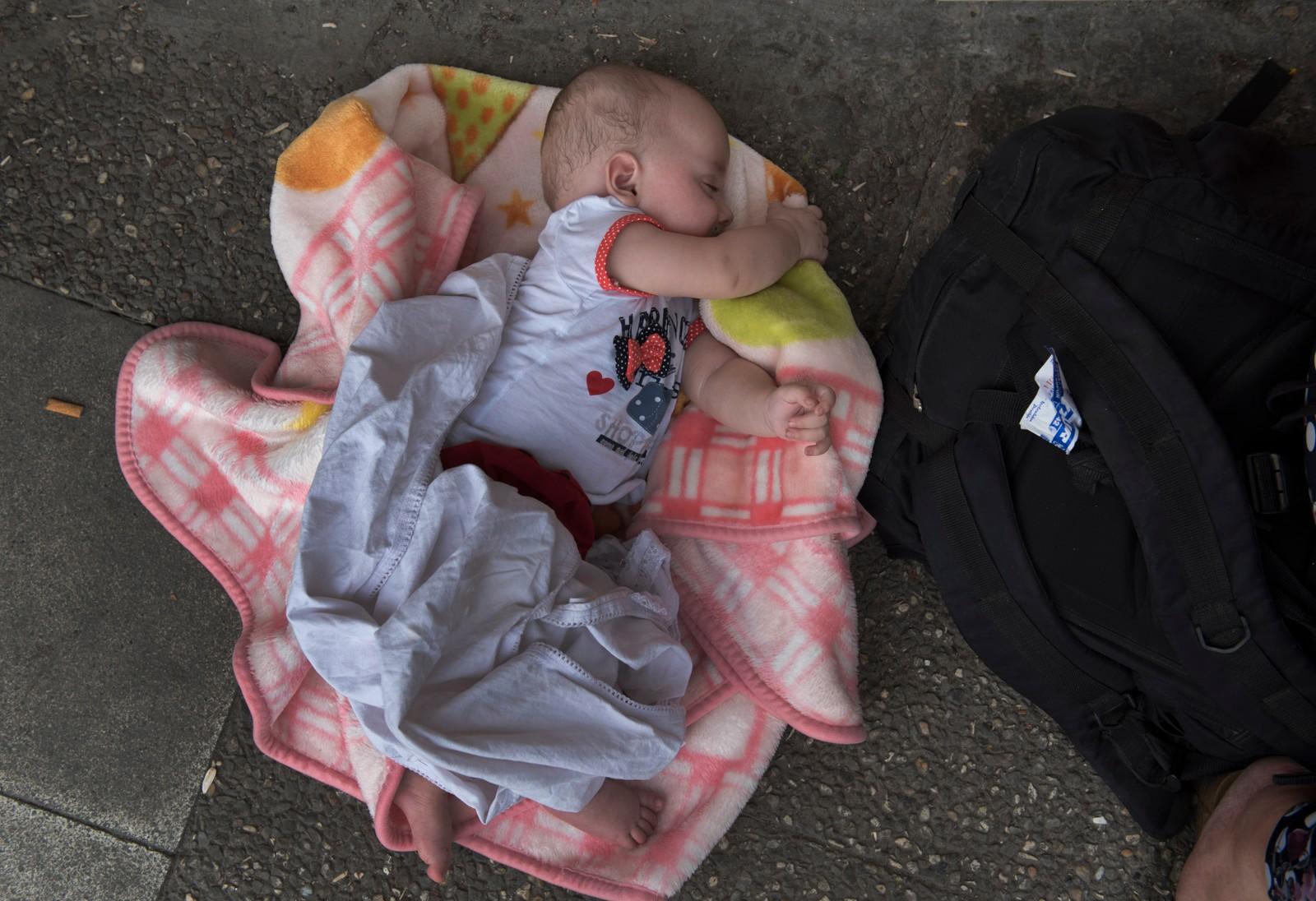 Åtte måneder gamle Nejmi fra Aleppo i Syria, sover søtt og intetanende på en togperrong i den tyrkiske byen Izmir. Foreldrene håper å komme seg til Hellas med båt, og deretter trolig videre til et av de rikere europeiske landene i håp om et bedre liv.