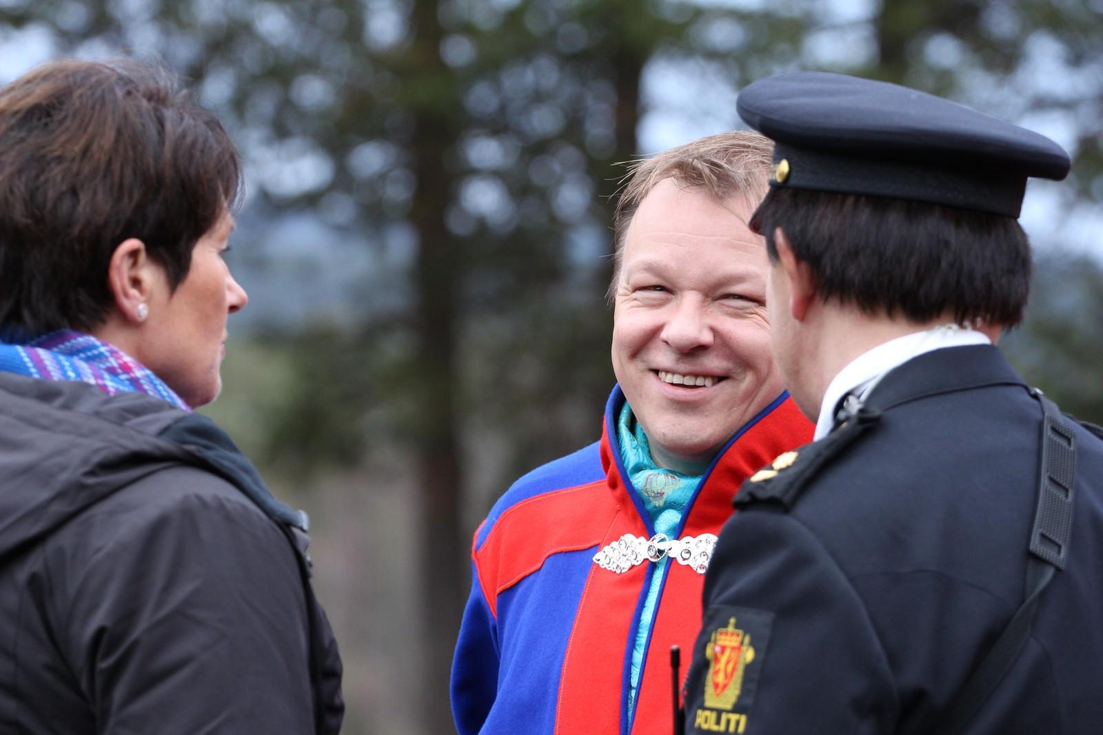 Hotelldirektør John Arne Mathiesen sammen med politi. Spente før åpningen.