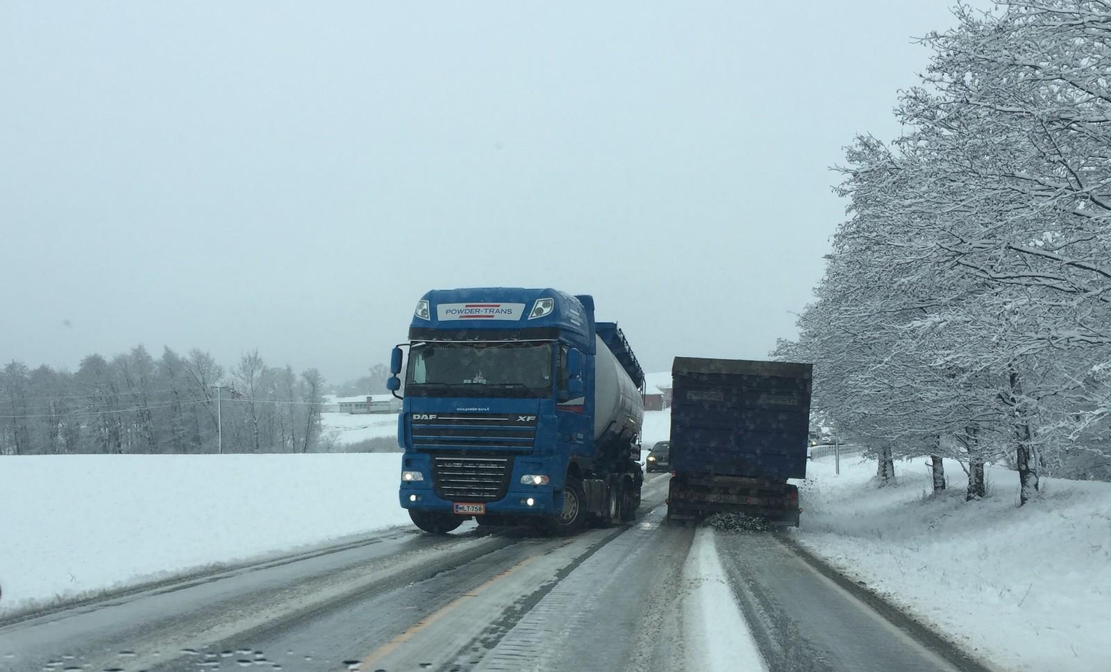 Dette vogntoget klarte ikke å komme seg videre. Den ble stående midt i denne bakken på Sarpsborgveien på Torp.