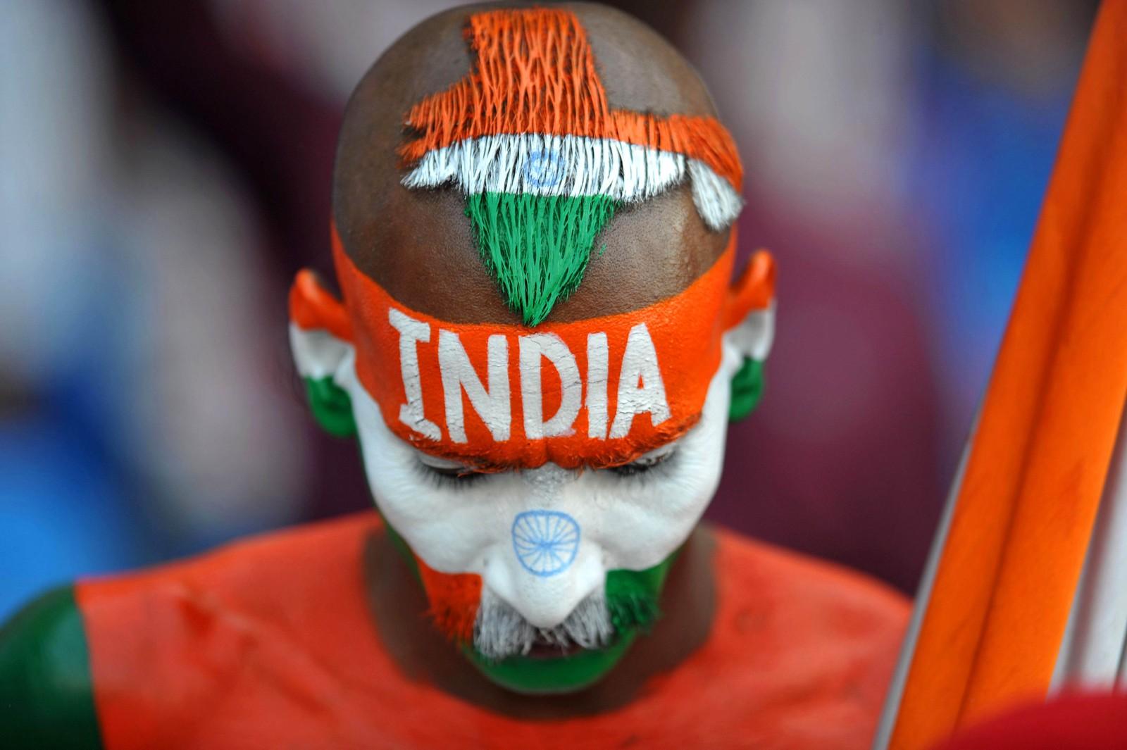 Denne mannen heier på det indiske cricketlandslaget. Her er han på en kamp mellom India og Bangladesh i Hyderabad.