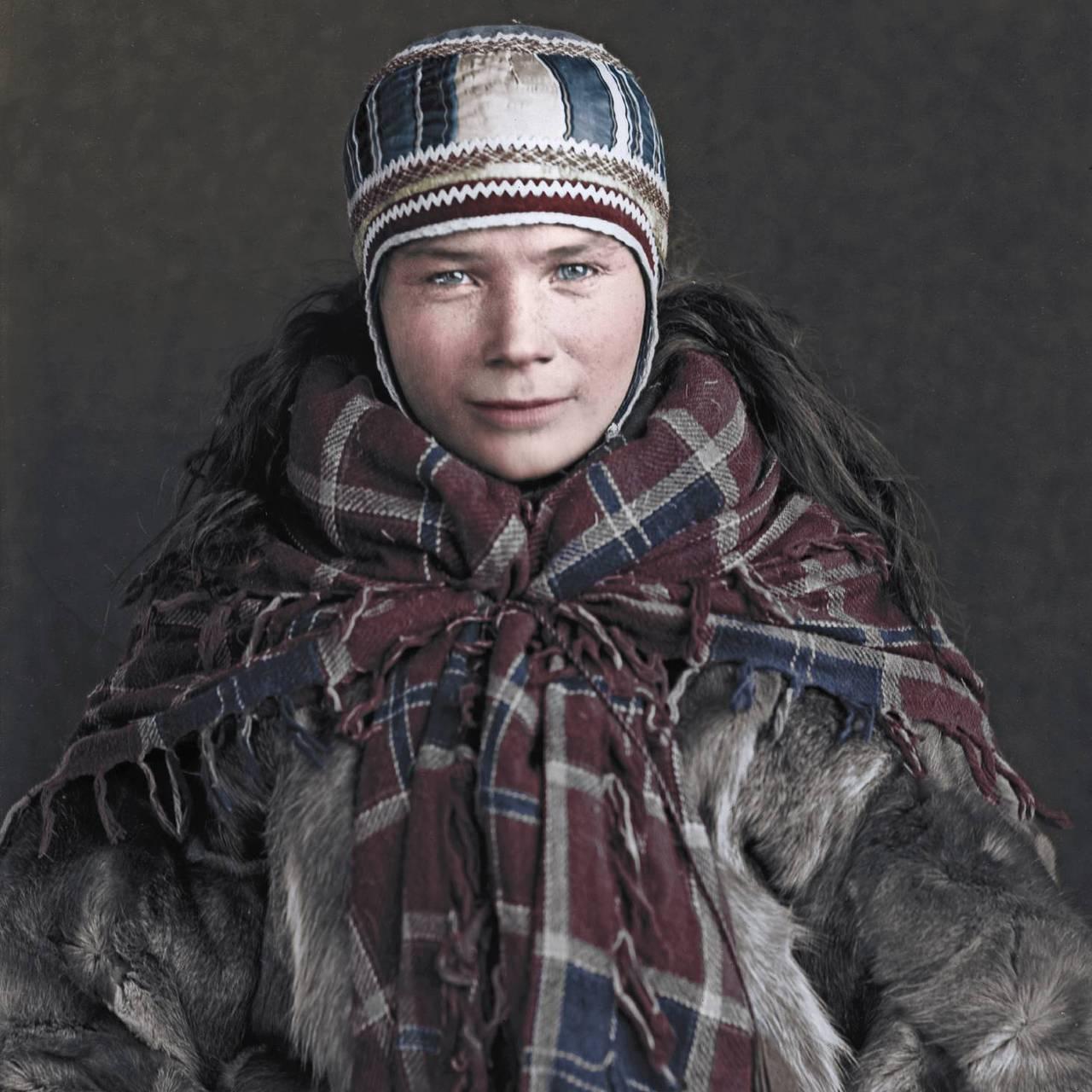 Inger Andersdatter Bæhr, 26 år, gjenngitt i boken «Folket under nordlyset»/«Álbmot guovssahasa vuolde» av Per Ivar Somby om den danske forskeren Sophus Tromholts fotoprosjekt