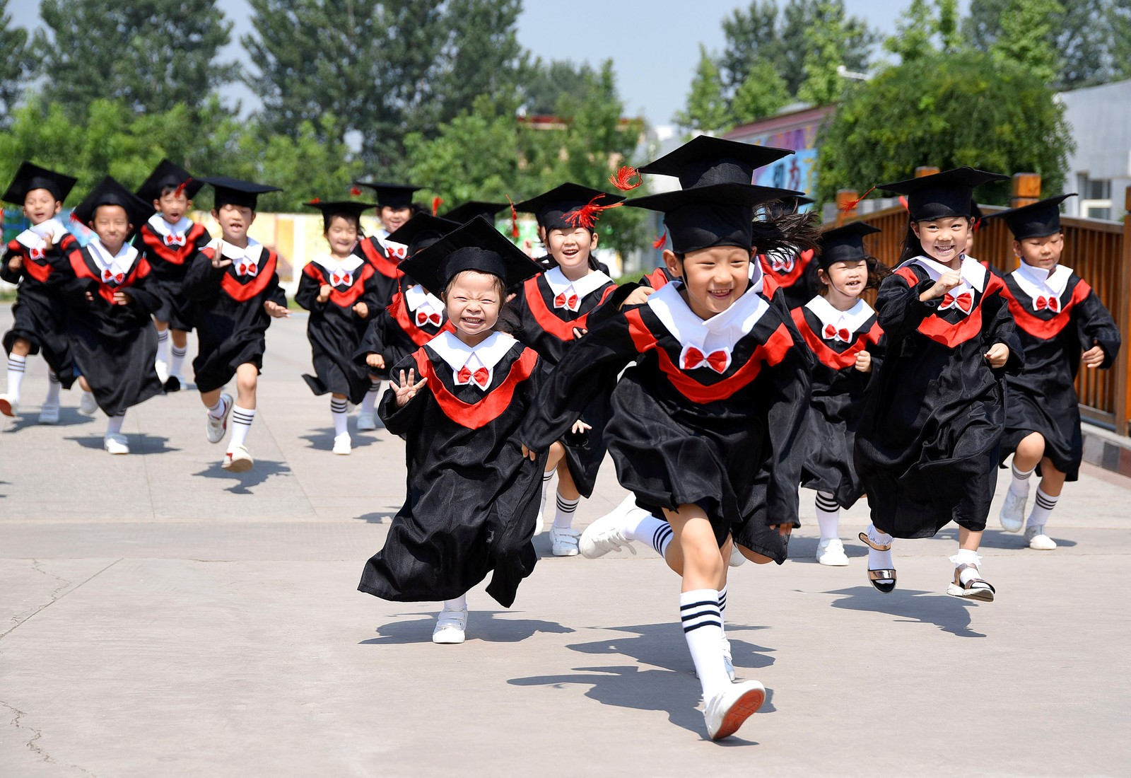 Endelig sommerferie. Disse barna har nettopp avsluttet en avgangsseremoni i Handan i Kina.