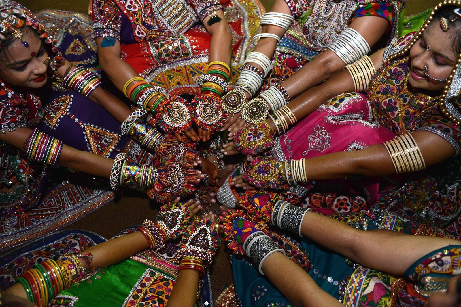 Indiske dansere viser fram bling-bling under en dansefestival i Gandhinagar.