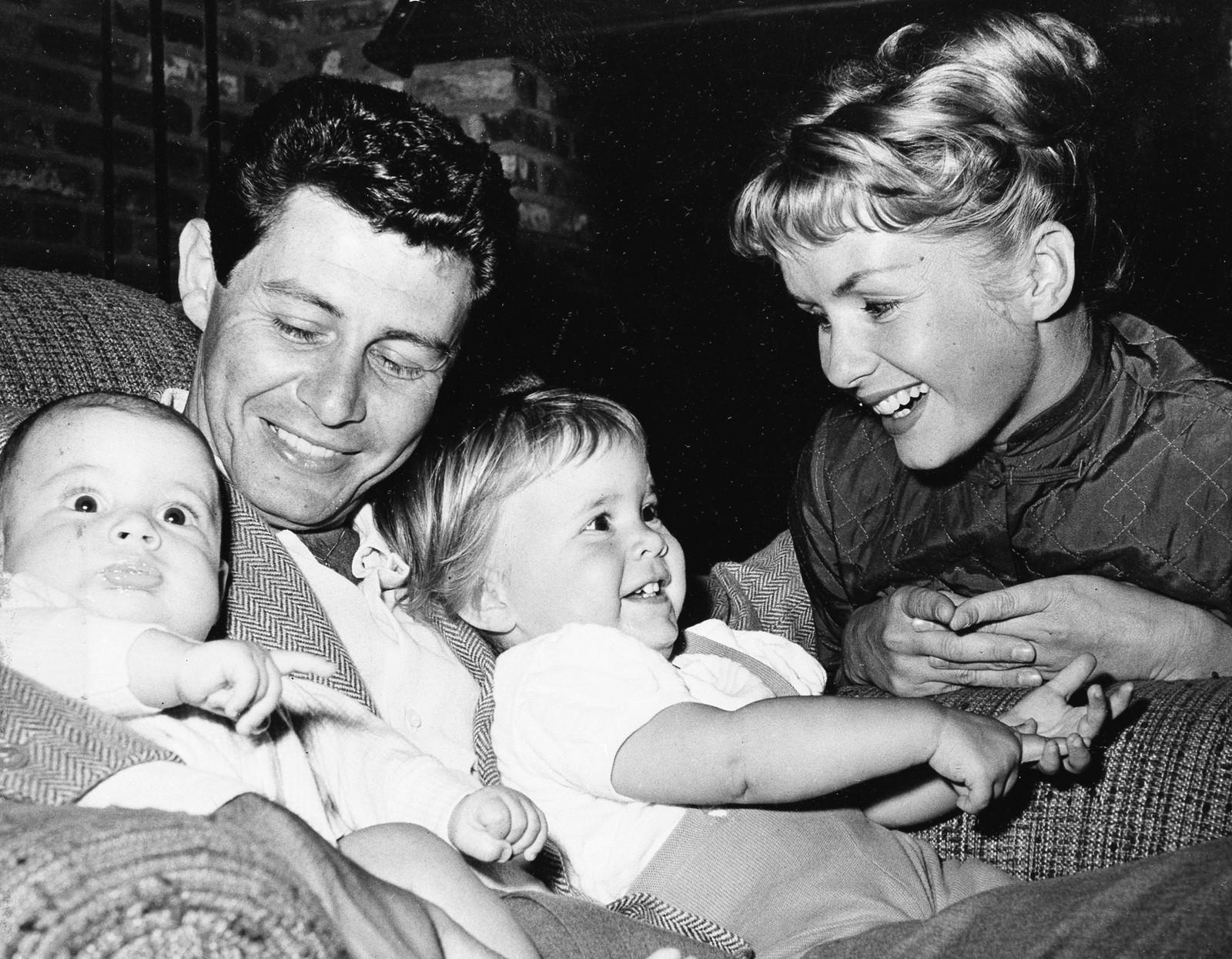 FAMILIEN: Foreldrene Eddie Fisher og Debbie Reynolds sammen med barna sine, fire måneder gamle Todd og 19 måneder gamle Carrie.