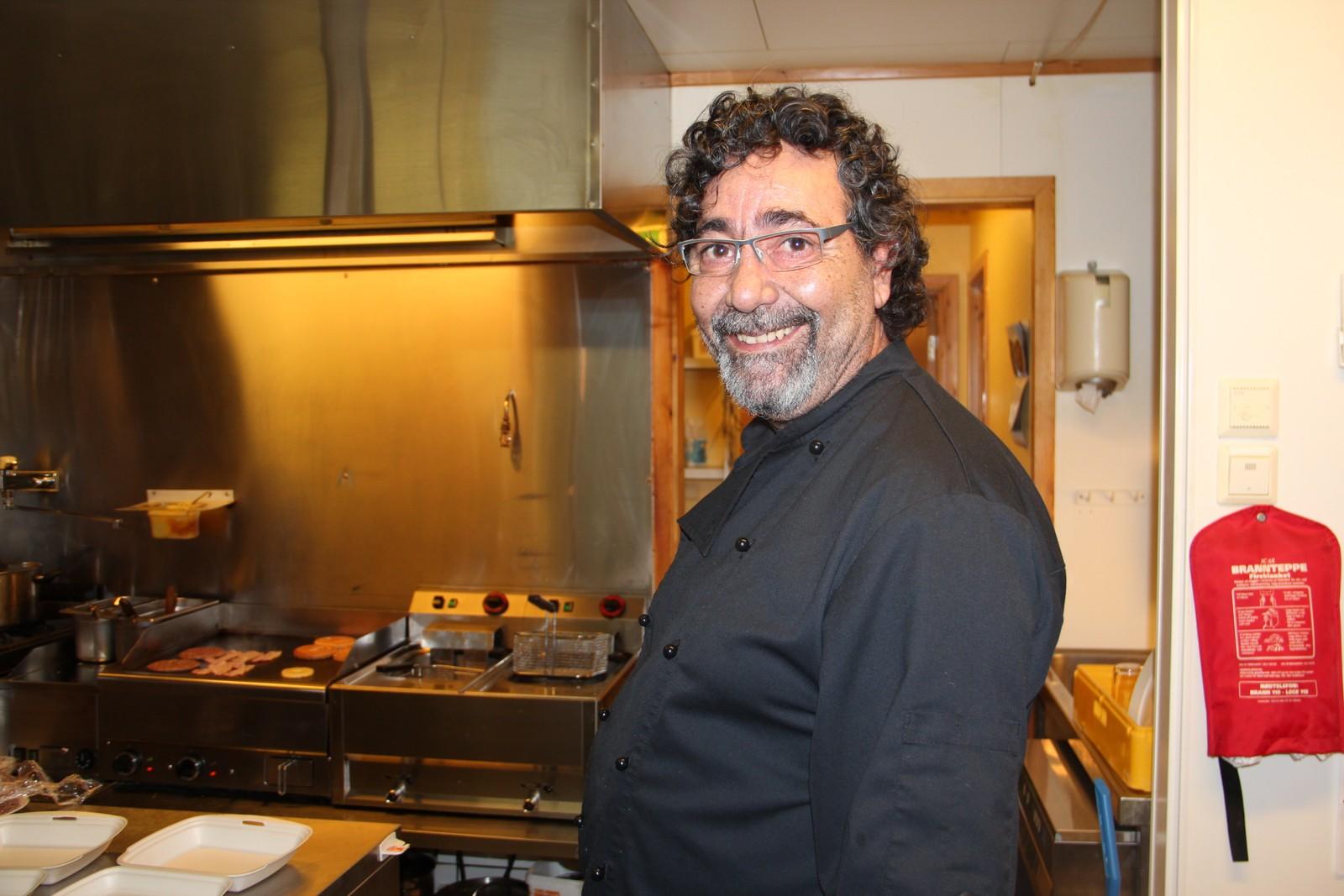 Adrian Sergio Plaza på kafeen håper Kvænangen står alene. – Man må tenke på de kommunale jobbene, sier han.