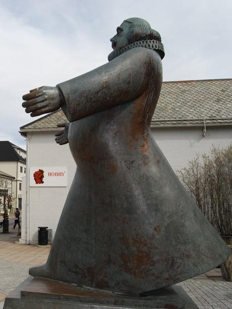I PARKEN: Petter Dass, slik han fortoner seg som statue i sentrum av Sandnessjøen. Foto: Billy Jacobsen / NRK