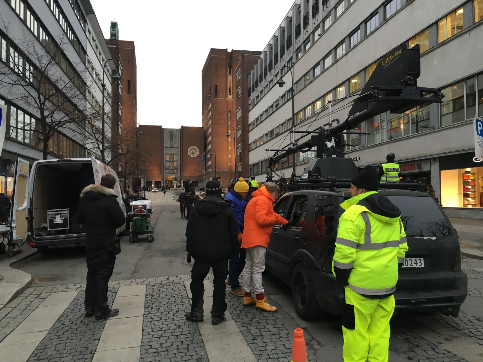 Snømannen-regissør Tomas Alfredsson (oransje jakke) under filminnspilling fredag.