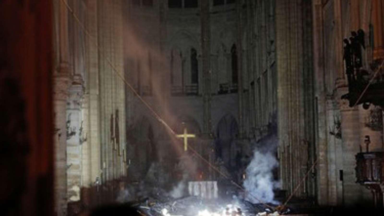 Korset i Notre-Dame fotografert 20. august 2017 og etter brannen.