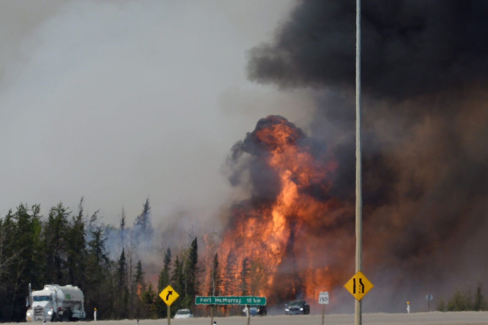 Røyk og flammer langs highway 63, rundt 16 km sør for Fort McMurray i Alberta, Canada.