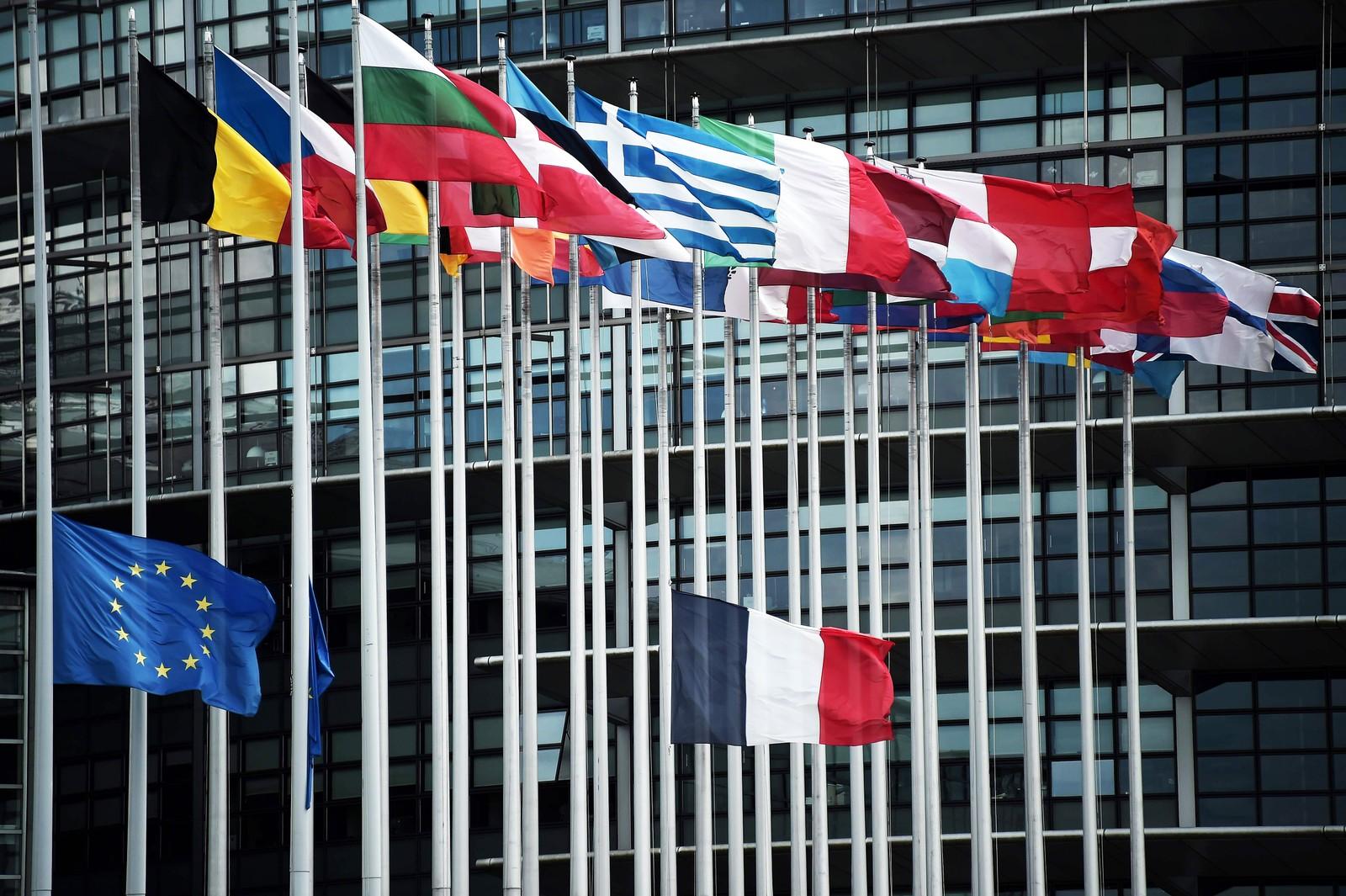 Det franske flagget på halv stang foran EU-hovedkvarteret i Strasbourg, til minne om ofrene for terroren i Nice