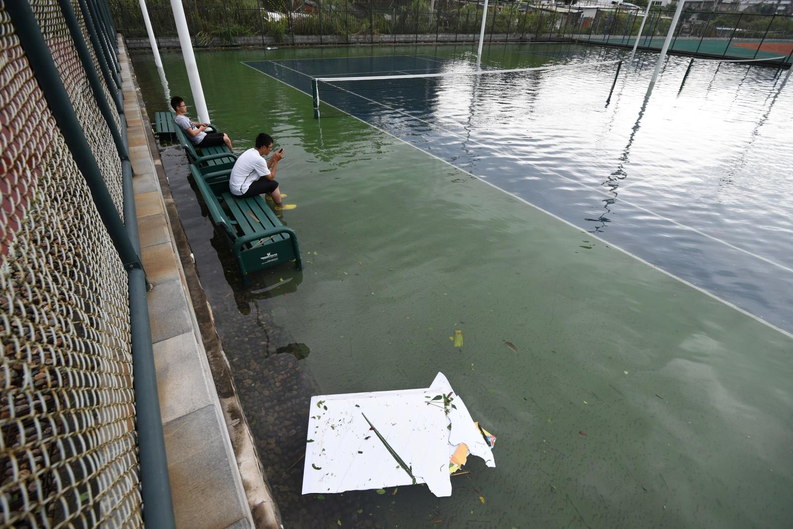 MYE VANN: Tennisbanen i Xiamen ligger under vann.