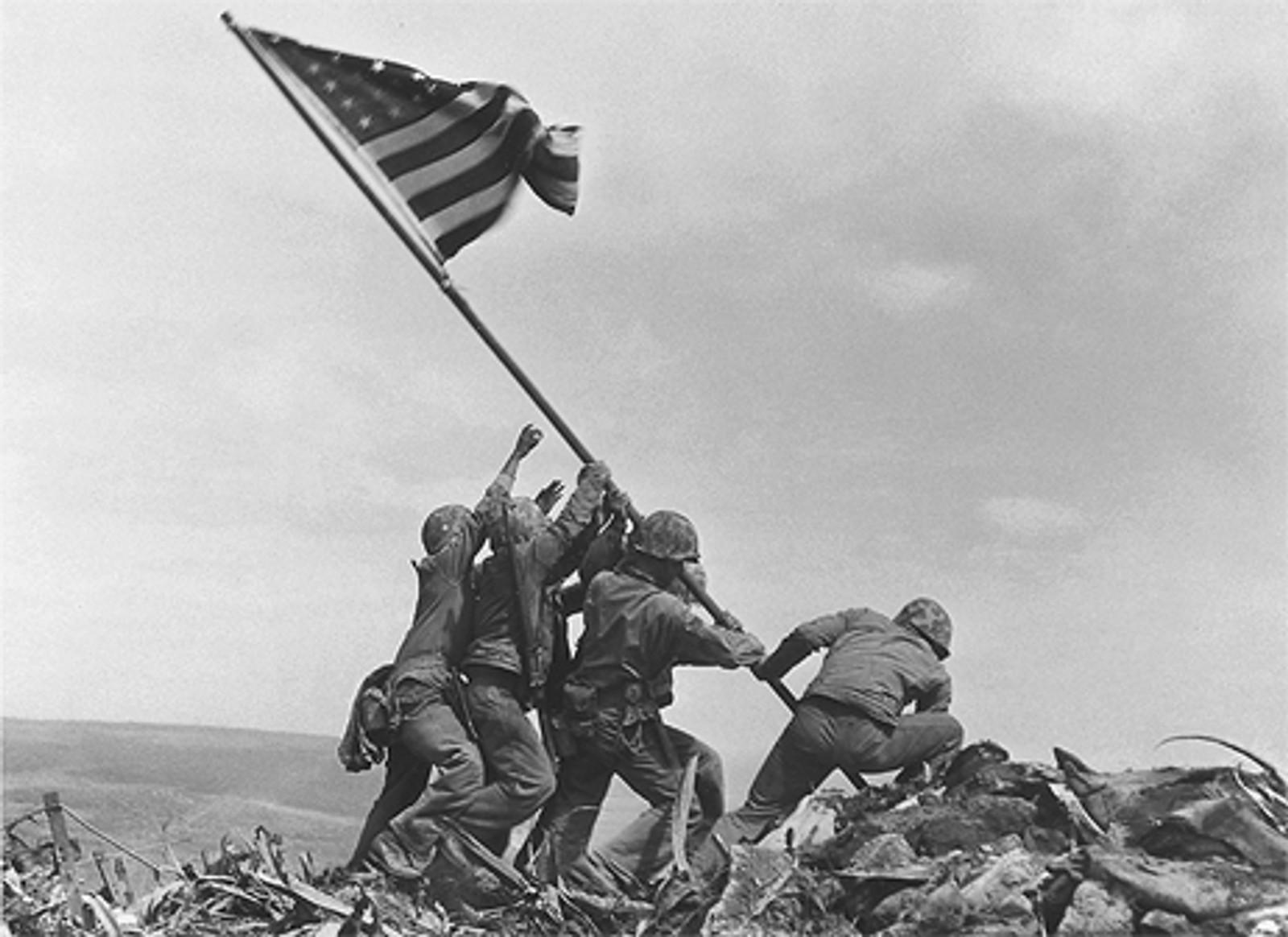 SLAGET OM IWO JIMA: Det amerikanske flagget reises på Iwo Jima mars 1945 etter seier mot japanerne.