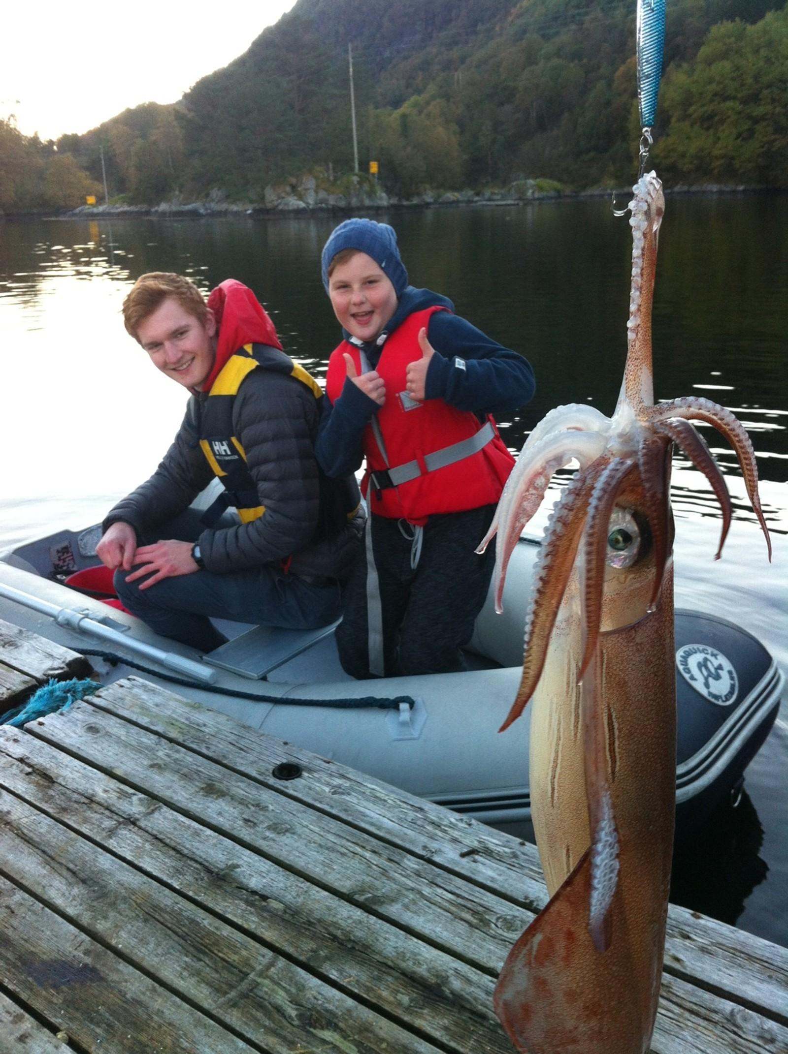 Jonas Grotle (8) fekk akkar på fiskestong i Rugsund. Ein rar skapning som var svært spanande å få opp frå djupet for den stolte fiskaren.