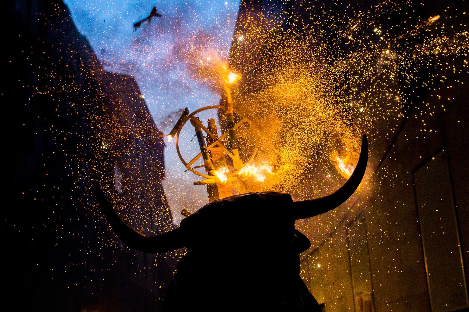 Denne flammende oksen er også en tradisjon under San Fermin. «Toro de fuego» kalles den, og er et fast innslag under den åtte dager lange festivalen.