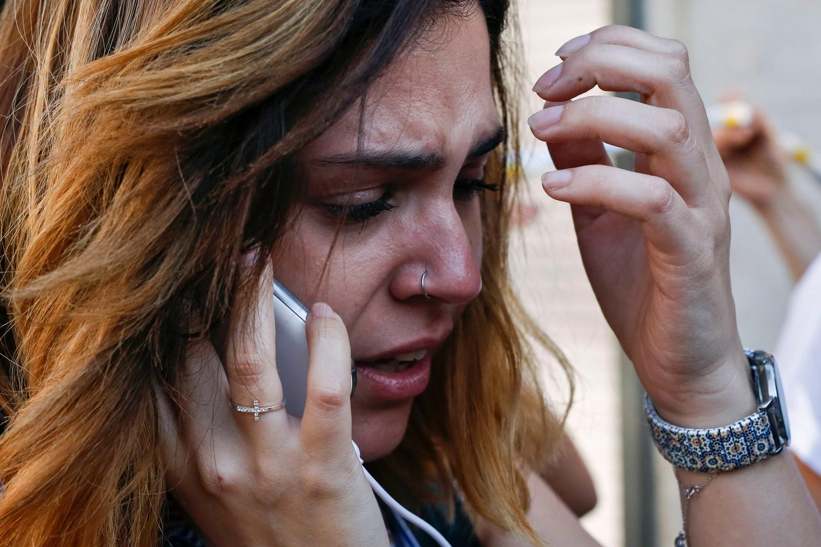 PREGET: En tydelig preget kvinne i telefonen etter angrepet.