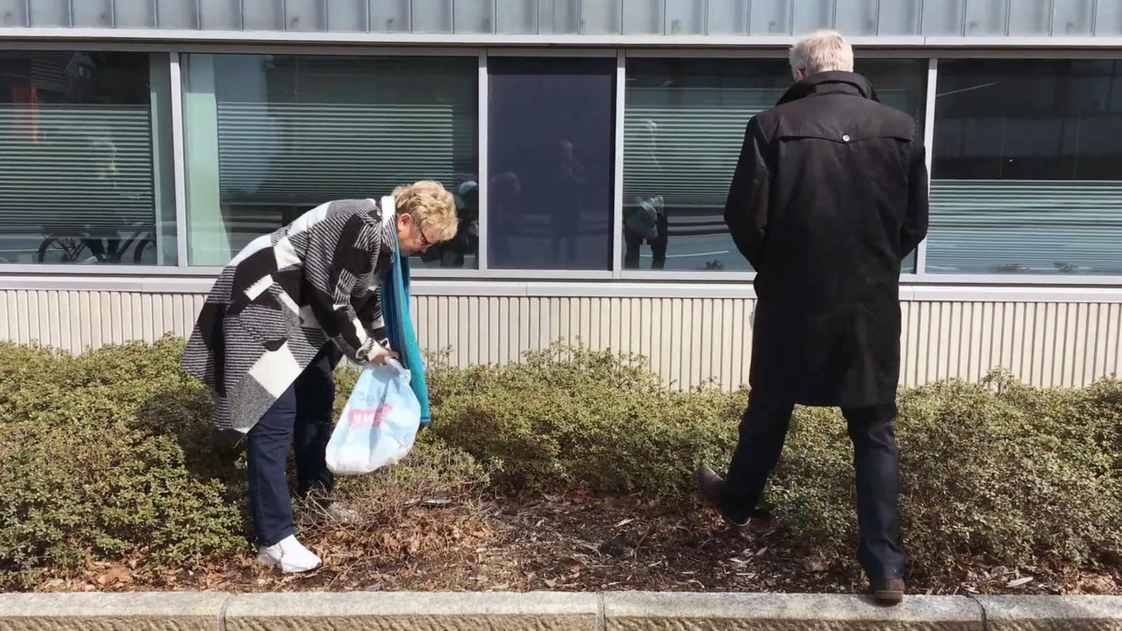 Fylkesmann Magnhild Meltveit Kleppa og assisterande fylkesmann Harald Thune tok ei ryddeøkt i nærområdet rundt Statens Hus i Stavanger.