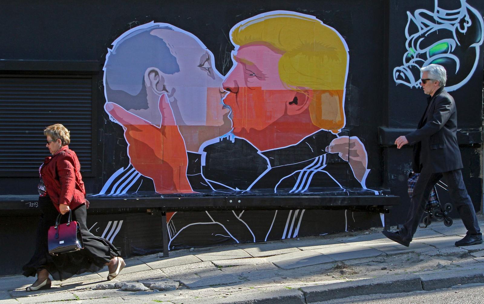 KYSS 1: I Litauens hovedstad Vilnius ble skapt et veggmaleri der Donald Trump kysser Russlands president Vladimir Putin.