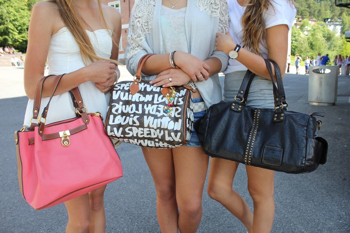 Unge jenter har designervesker til flere tusen kroner