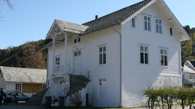 Det første kommunehuset i Dale, bygt i 1895. Trappa blir kalla Bjørnsontrappa fordi Bjørnstjerne Bjørnson heldt tale der då han vitja bygda tidleg på 1900-talet. Foto: Ottar Starheim, NRK.