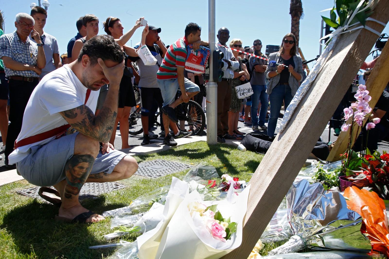 Folk sørger og legger ned blomster etter terrorangrepet i Nice 15. juli.